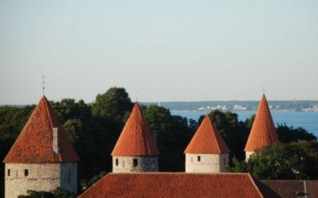 Detall de torres medievals; el Bàltic al fons